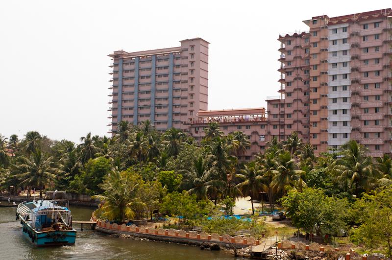 2 корпуса общежития для постояльцев