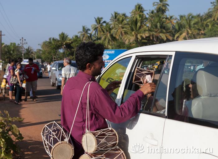 Продавец барабанов на улице в Гоа
