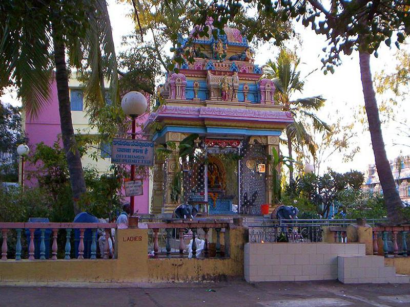 Храм Ганеши при входе в ашрам